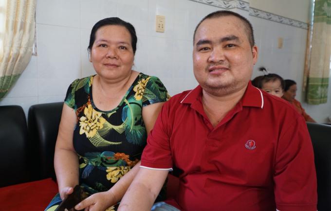 Sau nhiều năm làm ăn tứ xứ rồi lấy chồng xa, chị Oanh trở về quê ngay khi hay tin em họ bị bệnh, rồi tặng em món quà chỉ cho được duy nhất một lần trong đời. Ảnh: Thư Anh.