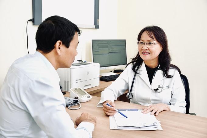 Phó giáo sư, Tiến sĩ, bác sĩ Nguyễn Thị Bạch Yến tư vấn cho bệnh nhân phương pháp mới trong chẩn đoán, phát hiện sớm bệnh tim mạch. Ảnh: Phong Lan.