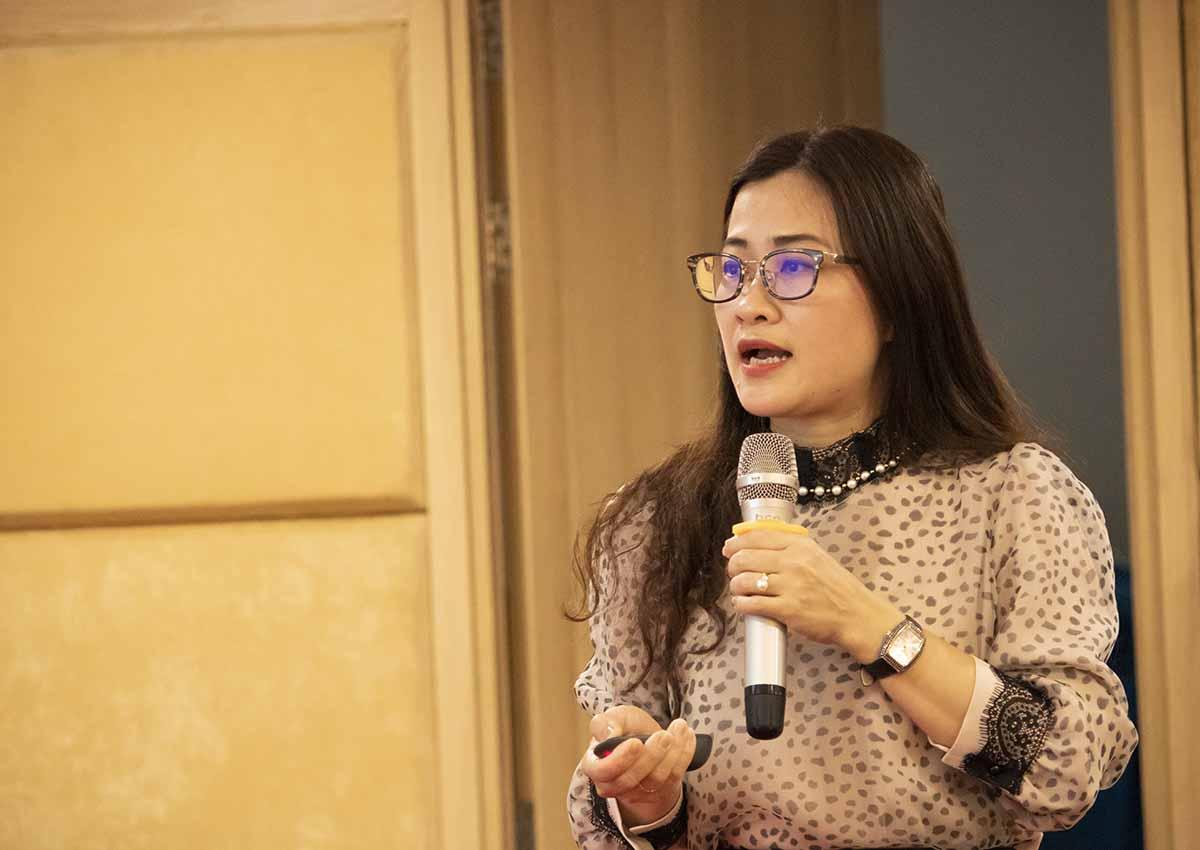 Bà Trần Thị Trang, Phó Vụ trưởng Pháp chế, thông tin về tác hại của thuốc lá điện tử, ngày 8/4. Ảnh: T.B
