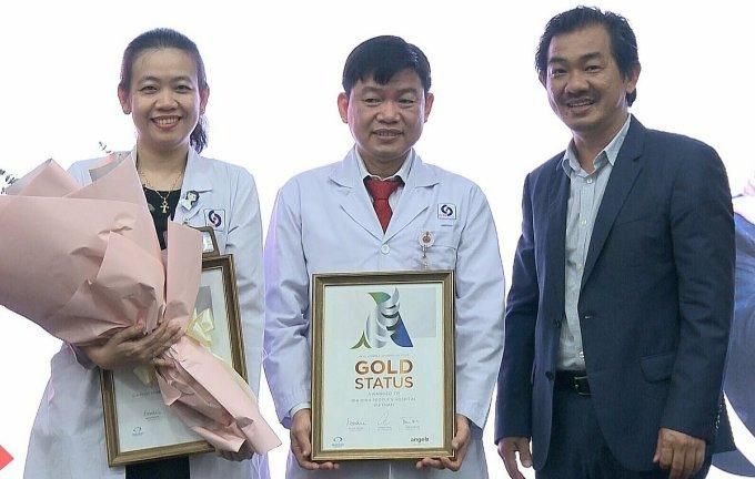 Phó giáo sư Nguyễn Huy Thắng, Phó Chủ tịch Hội Đột quỵ Việt Nam trao chứng nhận cho bác sĩ Bệnh viện Nhân dân Gia Định.