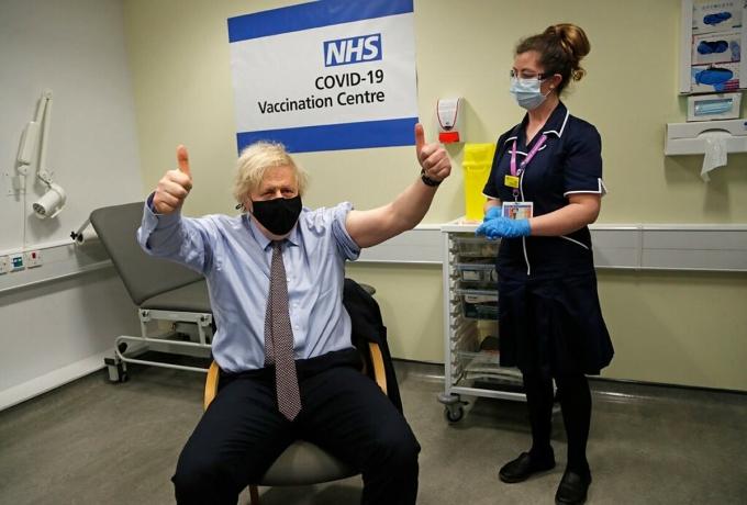 Thủ tướng Anh Boris Johnson tiêm liều vaccine Covid-19 đầu tiên của AstraZeneca vào tháng 2/2021. Ảnh: NY Times