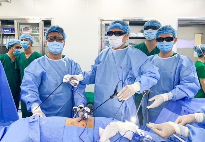Các bác sĩ bệnh viện đa khoa Tâm Anh phẫu thuật nội soi 3D cắt bướu thận cho bệnh nhân có bướu thận phải kích thước lớn (6 cm), suy thận trái do hẹp niệu quản, có bệnh lý nền đái tháo đường. Phẫu thuật nội soi 3D cắt bướu giữ lại thận cho bệnh nhân, không phải cắt bỏ như trước đây, tránh nguy cơ phải chạy thận nhân tạo. Sau phẫu thuật, bệnh nhân sức khoẻ ổn định sớm, nhanh xuất viện.