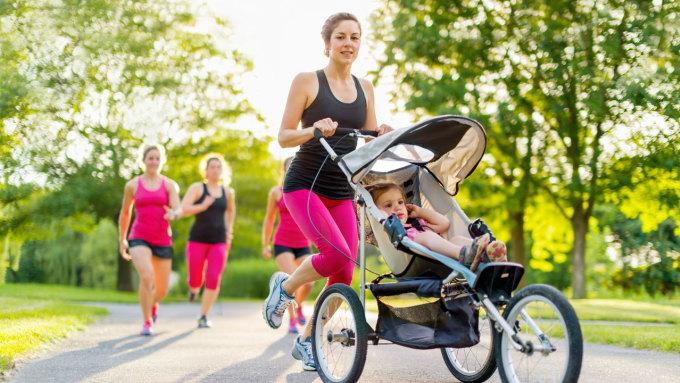 Nhiều chị em duy trì thói quen chạy bộ để lấy lại vóc dáng sau sinh. Ảnh: 123rf.
