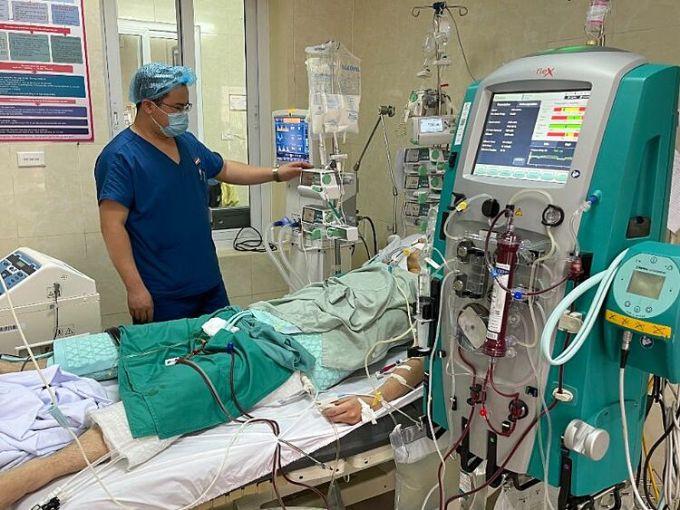 Bác sĩ theo dõi bệnh nhân tại bệnh viện. Ảnh: Bệnh viện cung cấp