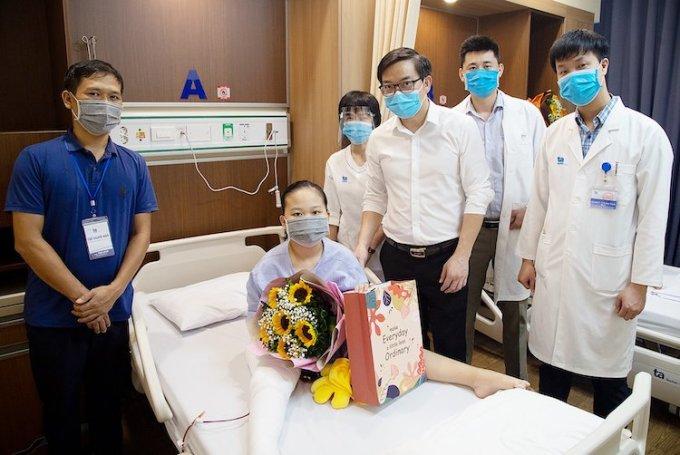 Giáo sư Trần Trung Dũng và các cộng sự đến thăm, tặng quà chúc mừng bé Linh Nhi sau ca mổ thành công. Ảnh: BVĐK Tâm Anh.
