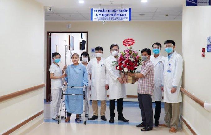 Bé Quỳnh Anh tập đi với dụng cụ hỗ trợ, một ngày sau cuộc đại phẫu thuật. Ảnh: BV ĐK Tâm Anh.