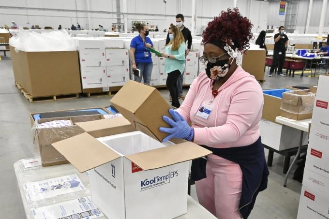 Một nhân viên tại Kentucky đang đóng thùng vaccine Johnson & Johnson để chuẩn bị vận chuyển. Ảnh AP.