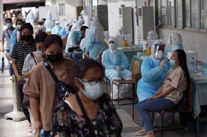 Người dân Thái Lan được xét nghiệm nCoV, tháng 3/2021. Ảnh: EPA-EFE
