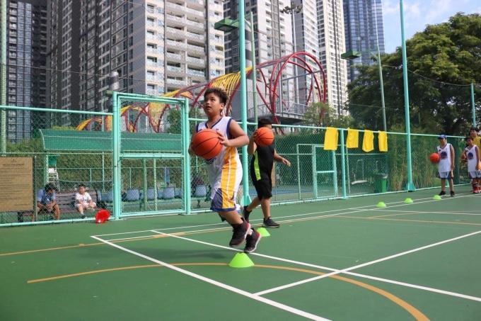 [Caption]Bóng rổ là môn thể thao chị lựa chọn cho các con để vận động, đốt calo và cải thiện chiều cao. Ảnh: Sơn Nhung