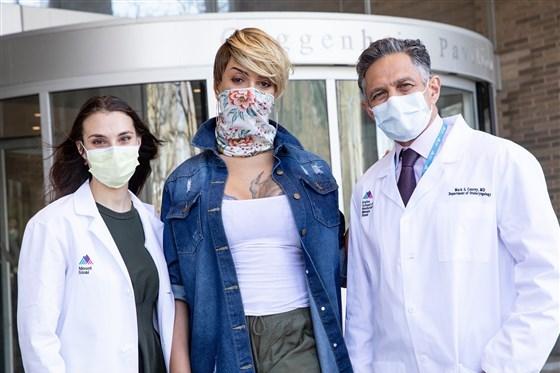 Cô Desvignes chụp ảnh cùng bác sĩ Bella Avanessian (trái) và bác sĩ Mark Courey (phải). Ảnh: Mount Sinai.