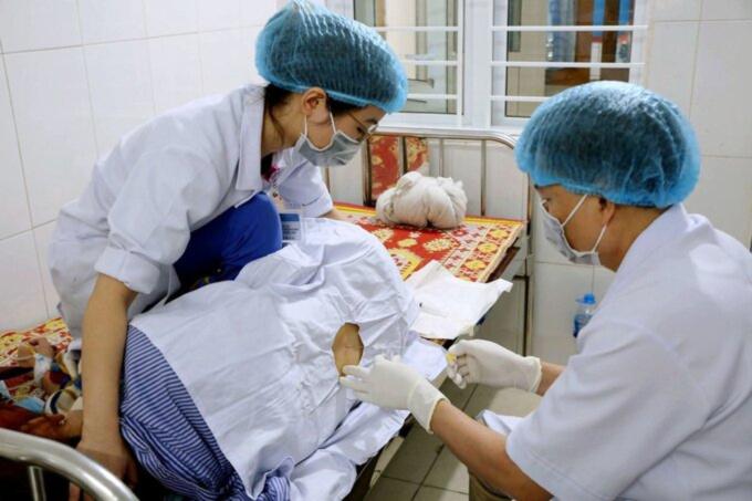 Bác sĩ Bệnh viện Đa khoa tỉnh Hà Tĩnh chọc dịch não tủy xét nghiệm viêm màng não cho bệnh nhân. Ảnh: Hùng Lê.