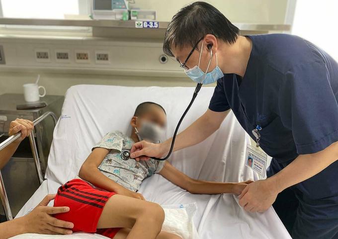 Bé trai 10 tuổi ở Hải Dương bị liệt nửa người sau khi mắc viêm não Nhật Bản, điều trị tại Bệnh viện Nhi Trung ương, tháng 5/2020. Ảnh: Lê Nga.