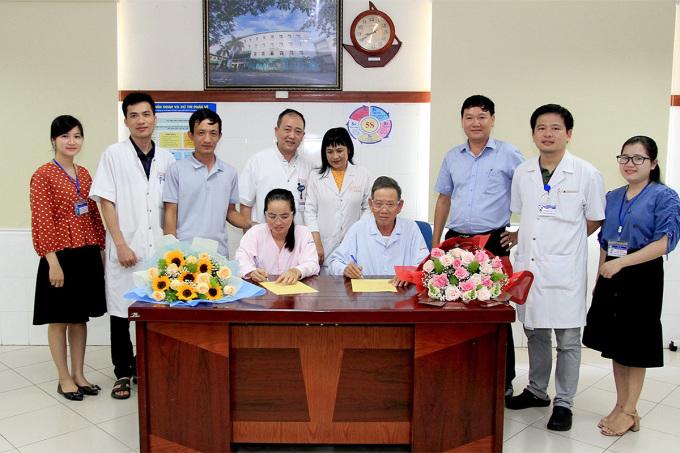 Hai bệnh nhân nhận giác mạc từ cô gái ở Gia Lai ký cam kết hiến tạng khi chết. Ảnh: Lan Hương