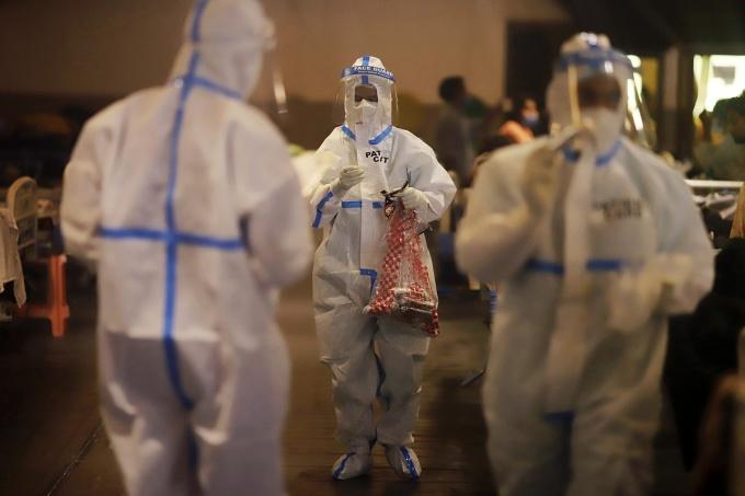 Nhân viên y tế tại một cơ sở cách ly tạm thời ở New Delhi, ngày 21/4. Ảnh: Bloomberg