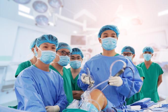 Các bác sĩ bệnh viện đa khoa Tâm Anh trong một ca nội soi tái tạo dây chằng.