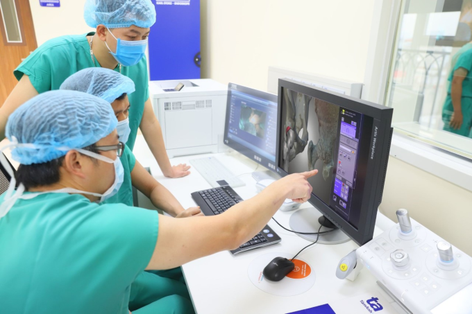 Giáo sư Trần Trung Dũng thị phạm hình ảnh số hóa ba chiều và mô hình 3D giúp bác sĩ xác định chính xác vùng tổn thương.