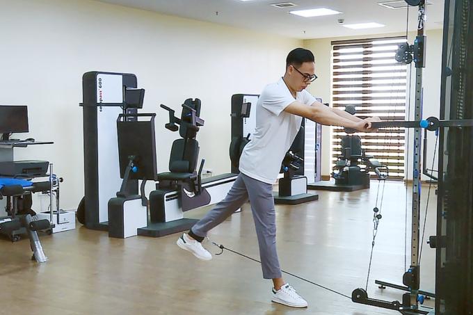 Sau một tháng, chân phẫu thuật của anh Quang đã hồi phục vận động tương đương 95% so với chân còn lại.