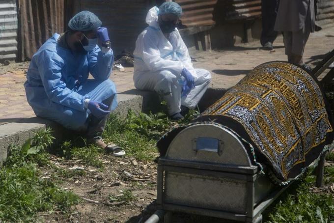 Người nhà thương tiếc trước linh cữu một bệnh nhân tử vong do Covid-19 ở Srinagar, Kashmir, ngày 25/6. Ảnh: AP