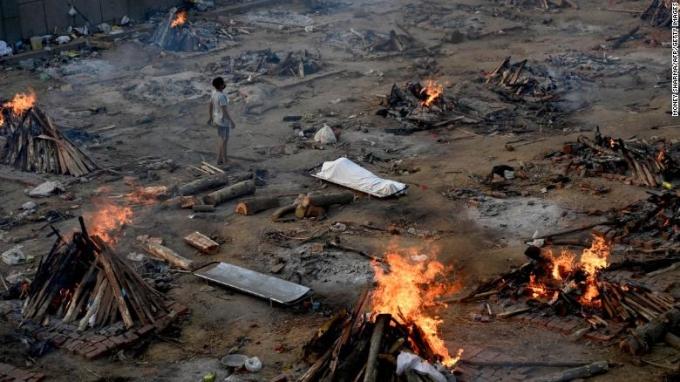 Các giàn hoả táng tại New Delhi, Ấn Độ, vào ngày 26/4. Ảnh: CNN