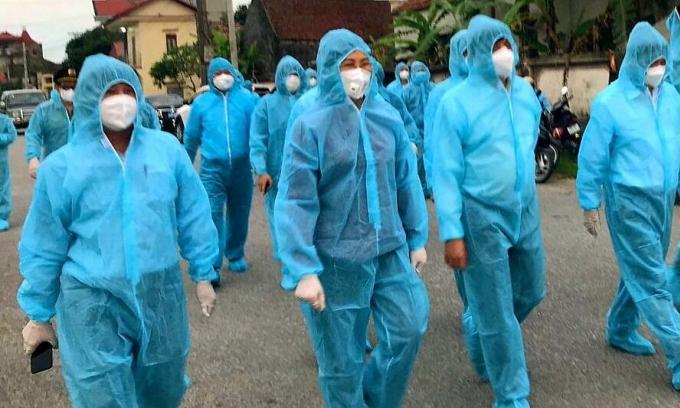 Bộ trưởng Y tế Nguyễn Thanh Long (thứ ba từ trái sang) đến Hà Nam chiều 29/4 chỉ đạo chống dịch. Ảnh: Võ Thu.