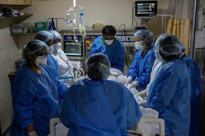 Nhân viên y tế tại một bệnh viện New Delhi, Ấn Độ chăm sóc bệnh nhân nhiễm nCoV vào ngày 29/4. Ảnh: Reuters.