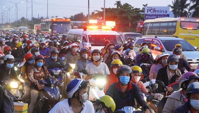 Người dân từ các tỉnh miền Tây trở lại TP HCM chiều tối 2/5 sau ba ngày nghỉ lễ. Ảnh: Hoàng Nam