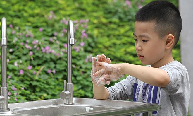 Rửa tay thường xuyên với xà phòng và nước sạch hoặc nước sát khuẩn tay để bảo vệ sức khỏe, phòng Covid-19. Ảnh: Ngọc Thành