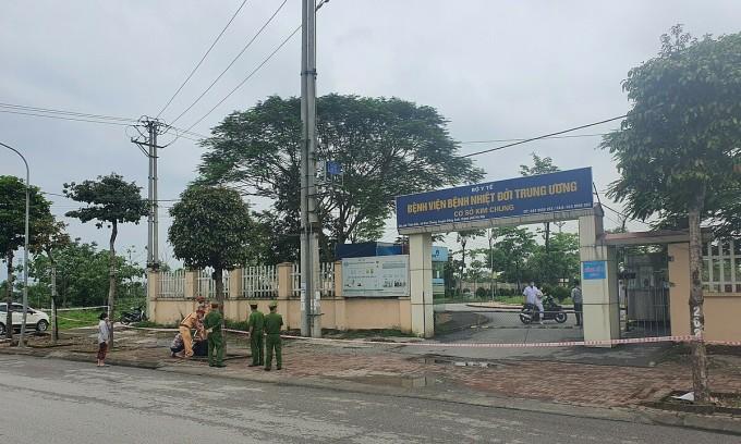 Bệnh viện Bệnh nhiệt đới cơ sở Đông Anh bị phong tỏa chiều 5/5. Ảnh: Văn Phong.
