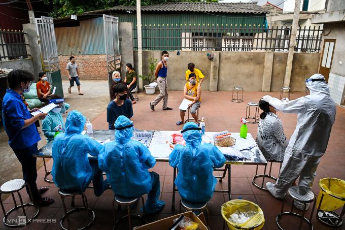 Xét nghiệm nhanh cho người thôn Lỗ Giao, xã Việt Hùng, huyện Đông Anh, ngày 3/5. Ảnh: Giang Huy.