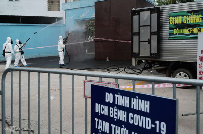 Lực lượng chức năng phun hóa chất khử khuẩn Bệnh viện K, Hà Nội, ngày 7/5. Ảnh: Ngọc Thành.