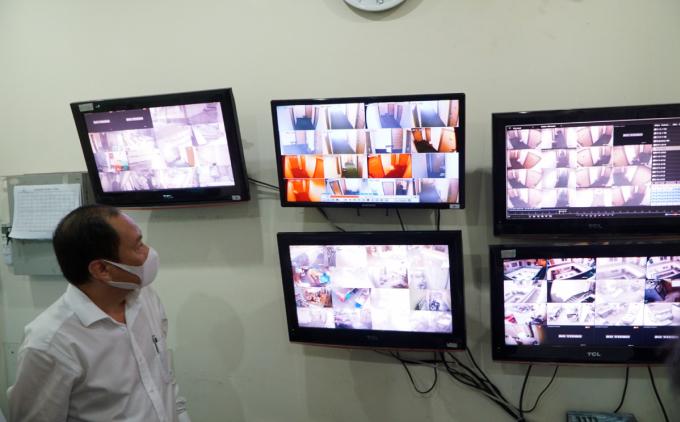 Phó giám đốc Sở Y tế Nguyễn Hoài Nam đi kiểm tra hệ thống camera giám sát tại một khách sạn tổ chức cách ly tập trung, ngày 30/4. Ảnh: Thư Anh.