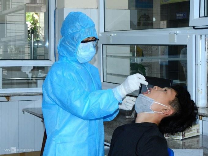 Người dân làm xét nghiệm Covid-19 theo yêu cầu tại Bệnh viện Đa khoa Quảng Ninh. Ảnh: Minh Cương