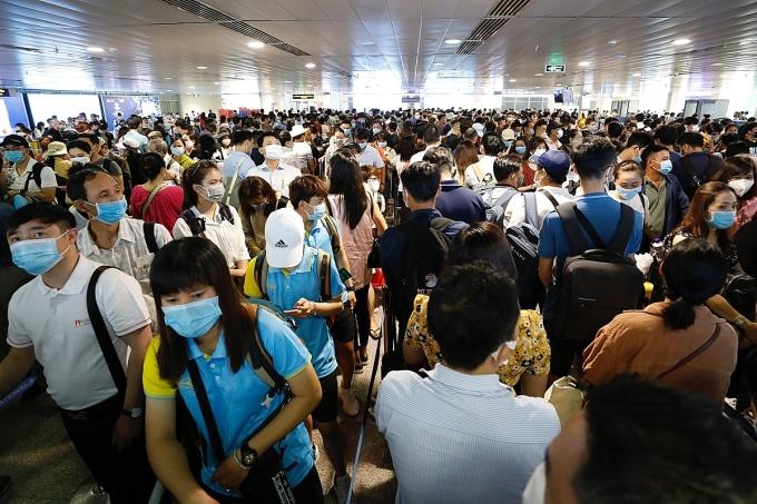 Sân bay Tân Sơn Nhất đông nghẹt người, ảnh chụp hồi giữa tháng 4/2021. Ảnh: Hữu Khoa.