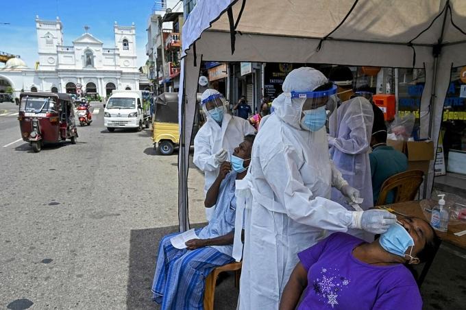 Nhân viên y tế xét nghiệm Covid-19 cho người dân tại Colombo, Sri Lanka, ngày 11/5. Ảnh: AFP