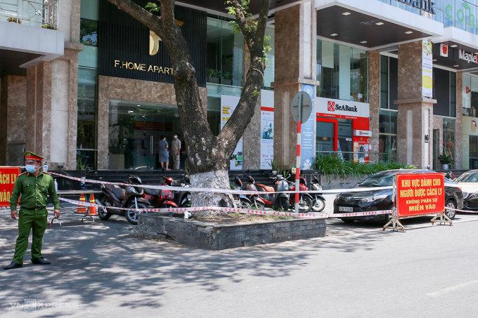Khu chung cư Fhome đã được phong toả, cách ly y tế 14 ngày. Ảnh: Nguyễn Đông.