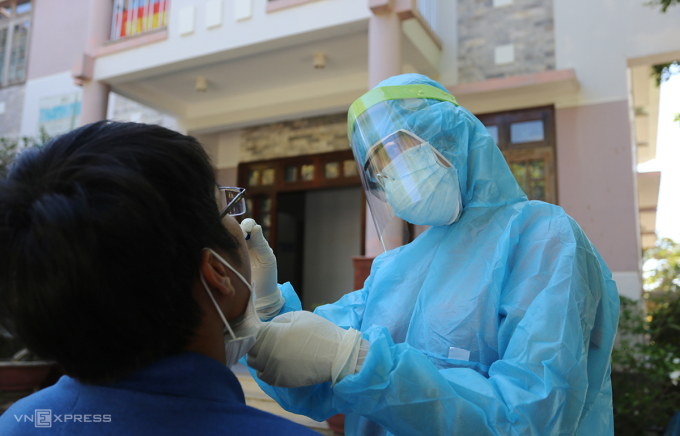 Nhân viên y tế Quảng Nam lấy mẫu xét nghiệm. Ảnh: Đắc Thành.