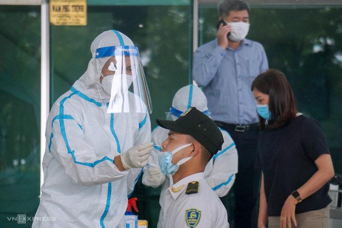 Nhân viên sân bay Đà Nẵng được lấy mẫu xét nghiệm, sáng 11/5. Ảnh: Ngọc Trường.