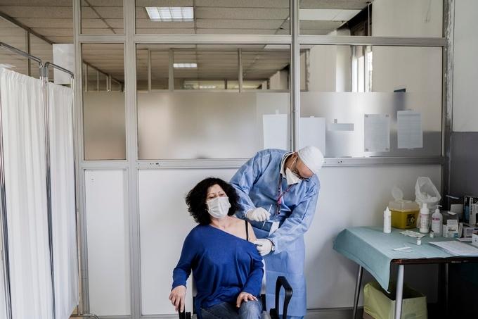Người dân tại Milan, Italy được tiêm vaccine AstraZeneca hồi tháng 2/2021. Ảnh:NY Times