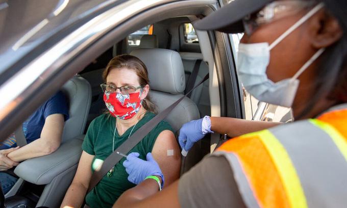 Điểm tiêm chủng trên xe ở Los Angeles hôm 4/5. Ảnh: NYTimes.