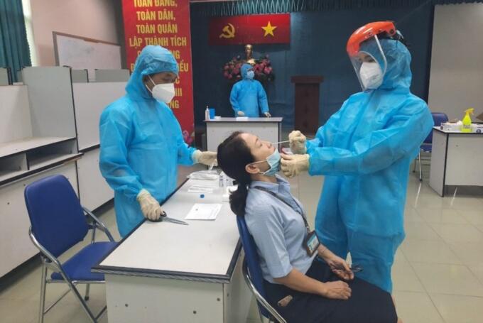 Bệnh viện Ung bướu lấy mẫu tầm soát Covid-19 cho nhân viên làm việc tại bệnh viện ngày 7/5. Ảnh: Bảo Tuấn.
