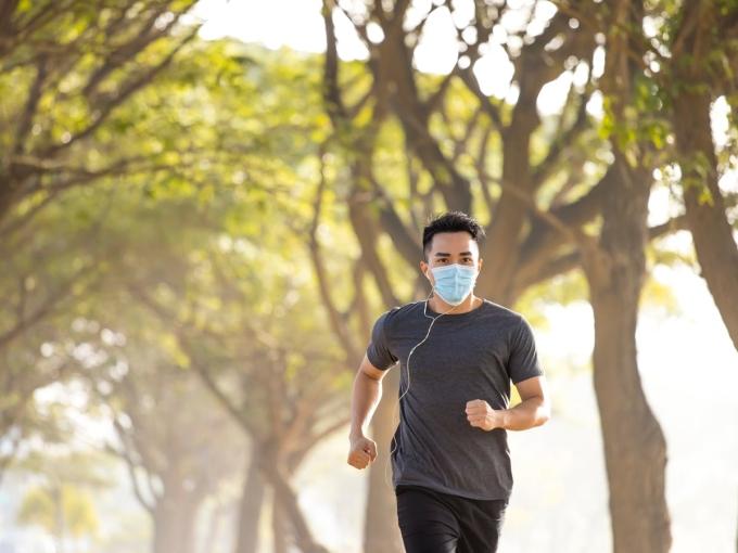 Một runner đeo khẩu trang trong lúc chạy bộ. Ảnh: runnermag
