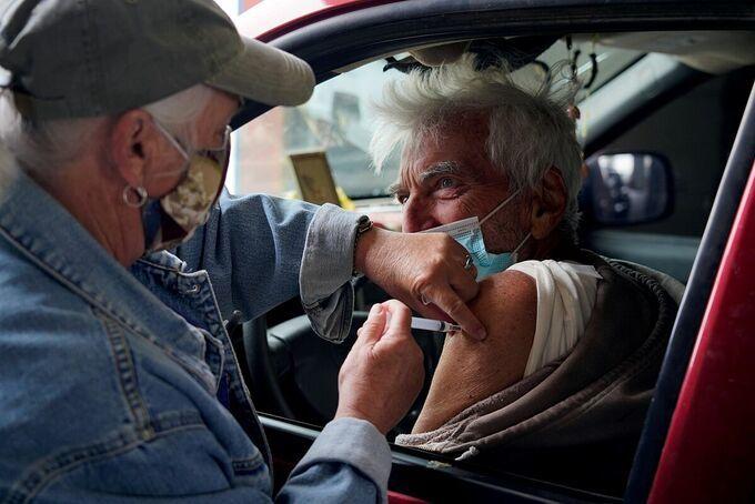 Một người cao tuổi được tiêm vaccine ở New Mexico, Mỹ hồi tháng 4. Ảnh: Reuters.