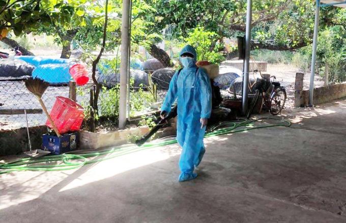 Nhân viên y tế huyện Núi Thành phun thuốc khử khuẩn. Ảnh: Đắc Thành.
