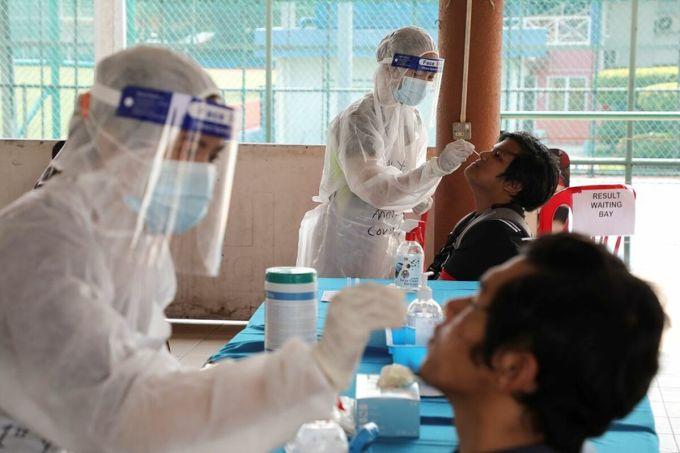 Nhân viên y tế thu thập mẫu xét nghiệm nCoV tại Petaling Jaya, Malaysia, ngày 25/1. Ảnh: Reuters