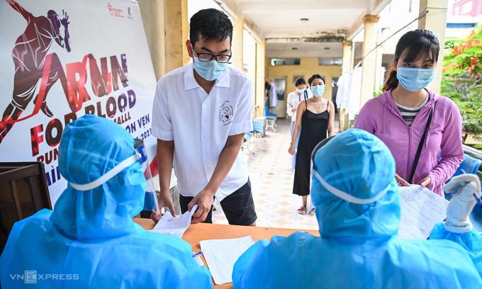 Trung tâm Y tế quận Hoàn Kiếm, Hà Nội đã lấy mẫu xét nghiệm cho 400 người đi du lịch Đà Nẵng. Ảnh: Giang Huy