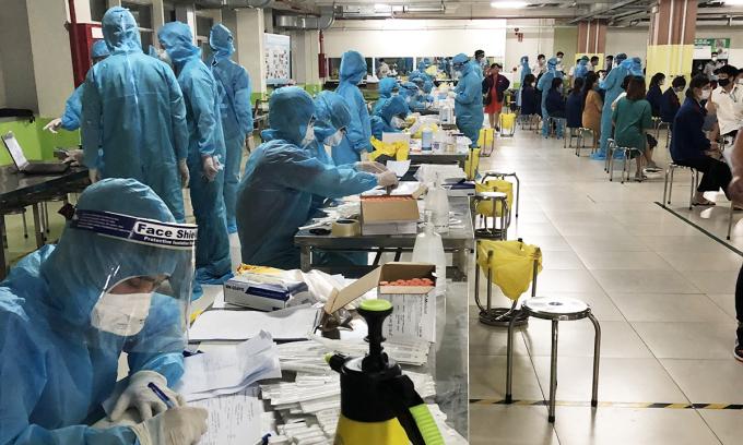 Y, bác sĩ đang lấy mẫu xét nghiệm cho công nhân tại khu công nghiệp. Ảnh: Bác sĩ cung cấp