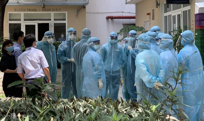 Nhân viên y tế chuẩn bị lấy mẫu xét nghiệm tại chung cư Sunview ở phường Hiệp Bình Phước, TP Thủ Đức, bị phong tỏa sáng 18/5. Ảnh: Mỹ Lê.