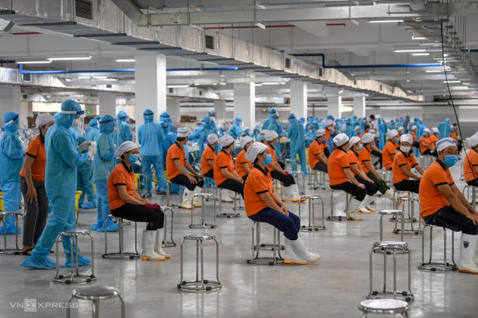 Lấy mẫu xét nghiệm công nhân tại khu công nghiệp Quang Châu, Bắc Giang. Ảnh: Giang Huy.