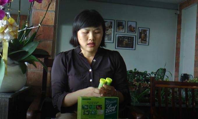 Chị Phương đang tìm hiểu sản phẩm từ thảo dược.