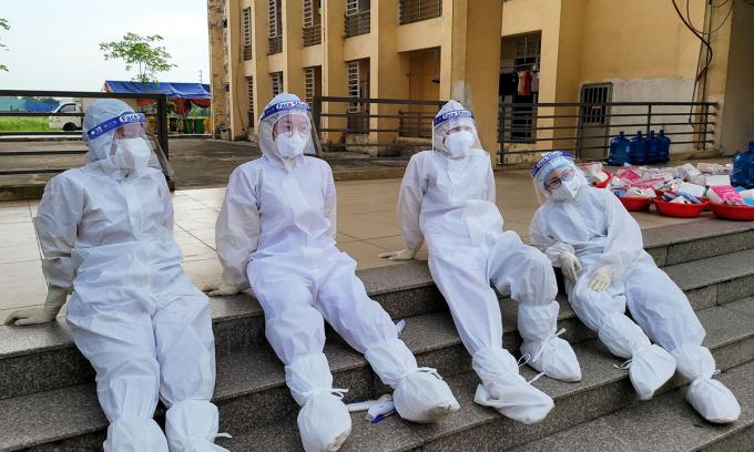 Nhóm nhân viên y tế nghỉ ngơi sau hàng chục tiếng làm việc. Ảnh: Cao Tuân